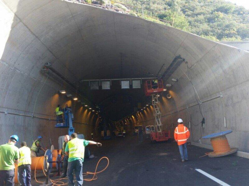 Tenerife Carretera del anillo insular en el tramo Adeje-Santiago del Teide (túnel El Bicho y falsos túneles de Guía de Isora y Menores)